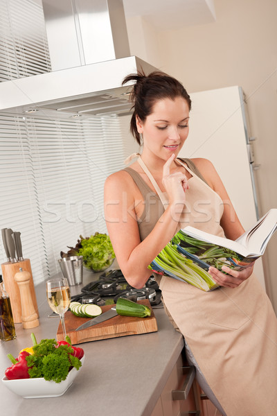 Młoda kobieta czytania książka kucharska kuchnia młodych brązowe włosy Zdjęcia stock © CandyboxPhoto