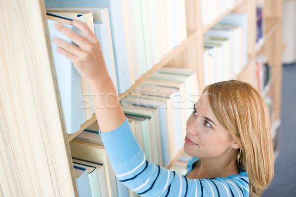 Student bibliotheek gelukkig vrouw bereiken boek Stockfoto © CandyboxPhoto