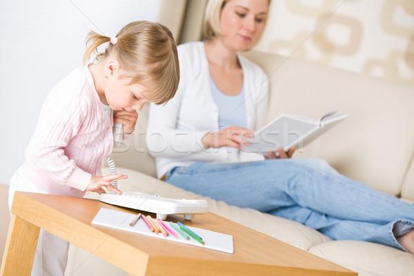 Little girl discar número telefone sala de estar mãe Foto stock © CandyboxPhoto
