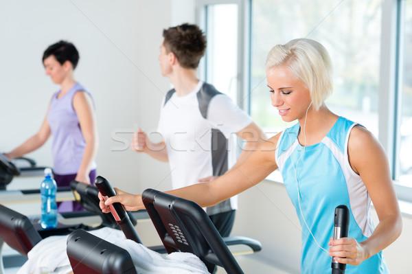 Fitnessz fiatalok futópad fut testmozgás sétál Stock fotó © CandyboxPhoto