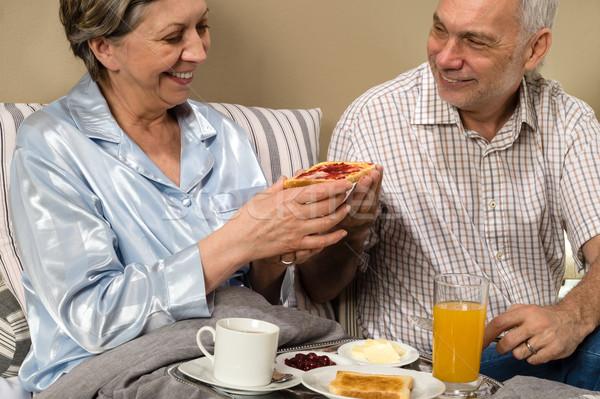Foto stock: Casal · de · idosos · romântico · manhã · café · da · manhã · cama · família