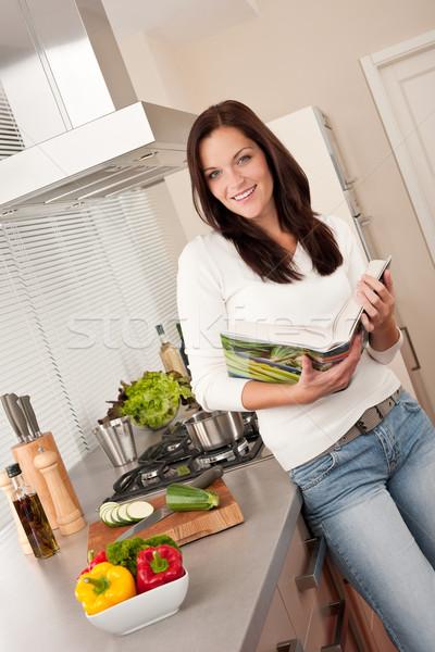 Lectura libro de cocina cocina mirando receta Foto stock © CandyboxPhoto