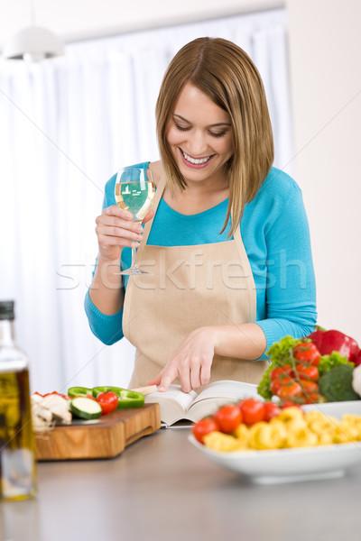 Gotowania uśmiechnięta kobieta czytania przepis książka kucharska włoski Zdjęcia stock © CandyboxPhoto