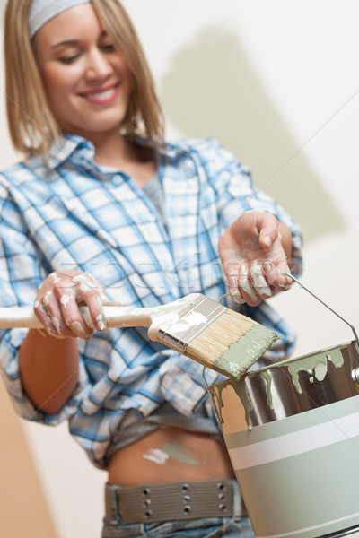 Stockfoto: Home · improvement · glimlachende · vrouw · borstel · home