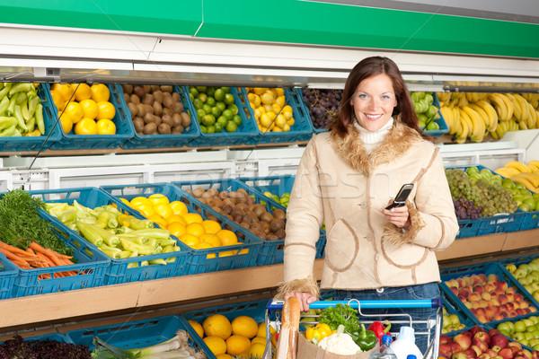 Stok fotoğraf: Bakkal · alışveriş · gülümseyen · kadın · cep · telefonu · süpermarket · kadın
