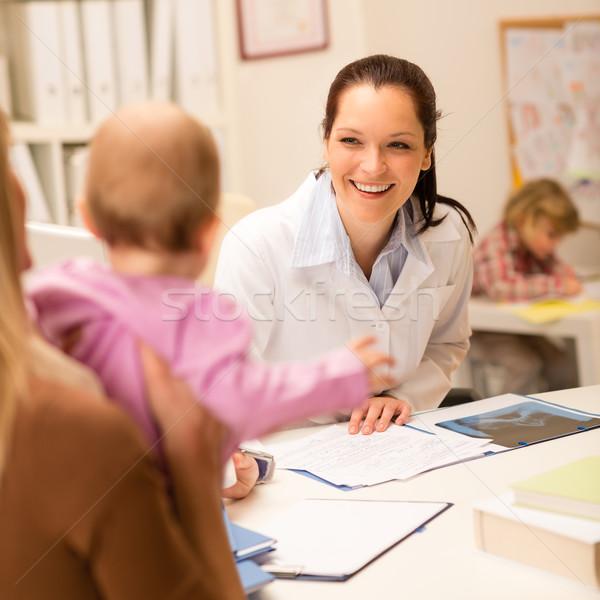 Látogatás gyermekorvos anya kislány női mosolyog Stock fotó © CandyboxPhoto