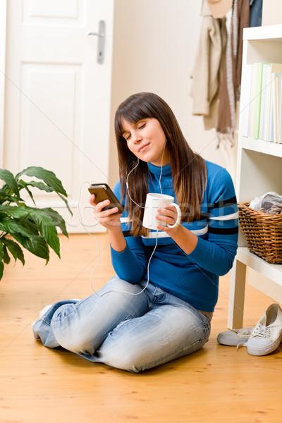 Foto d'archivio: Adolescente · ragazza · relax · home · ascoltare · musica