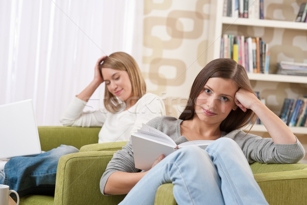 Foto stock: Estudiantes · dos · femenino · adolescente · estudiar · moderna