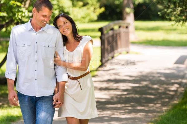 Para spaceru parku strony uśmiechnięty ręce Zdjęcia stock © CandyboxPhoto