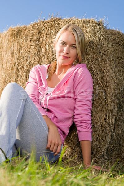 Jonge vrouw ontspannen zonsondergang vergadering hooi platteland Stockfoto © CandyboxPhoto
