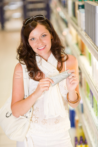 Warenkorb Kosmetik lächelnde Frau Feuchtigkeitscreme halten Supermarkt Stock foto © CandyboxPhoto