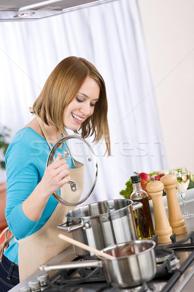 Сток-фото: приготовления · счастливым · женщину · печи · кухне · домой