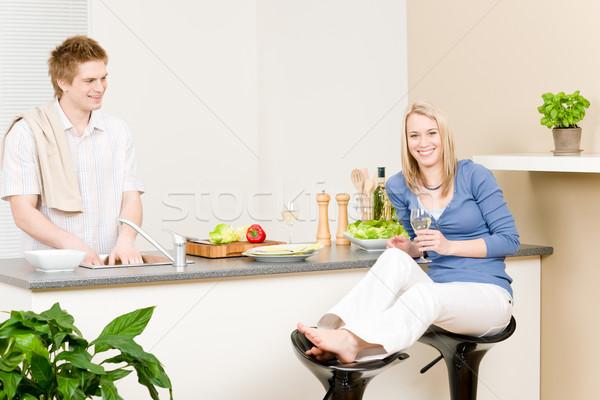 Stok fotoğraf: öğle · yemeği · mutlu · çift · pişirmek · salata · mutfak