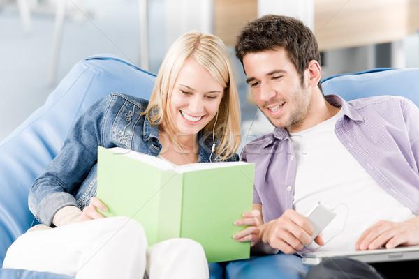 Mutlu gülen lise Öğrenciler okuma kitap Stok fotoğraf © CandyboxPhoto