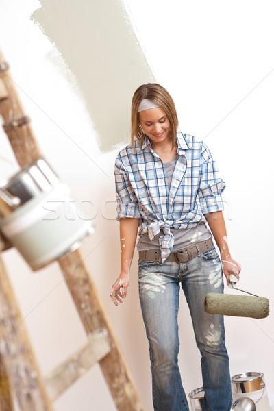 Melhoramento da casa mulher jovem pintar escada pintura parede Foto stock © CandyboxPhoto