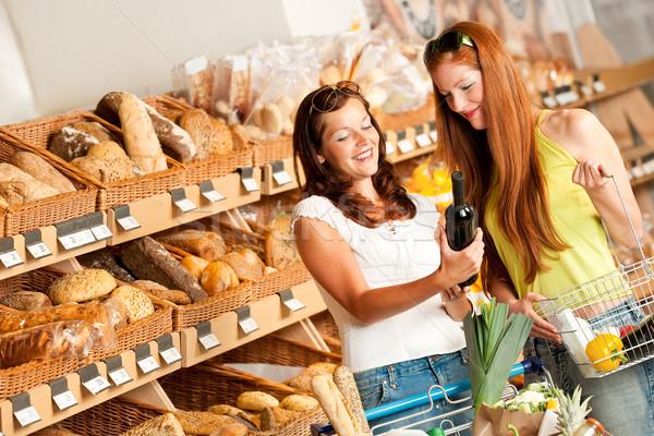 Foto stock: Dos · mujeres · vino · supermercado · mujer