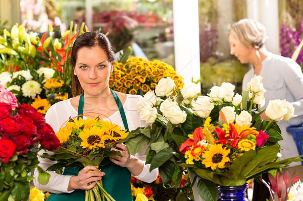 Nő virágárus elad napraforgók virágcsokor virágüzlet Stock fotó © CandyboxPhoto