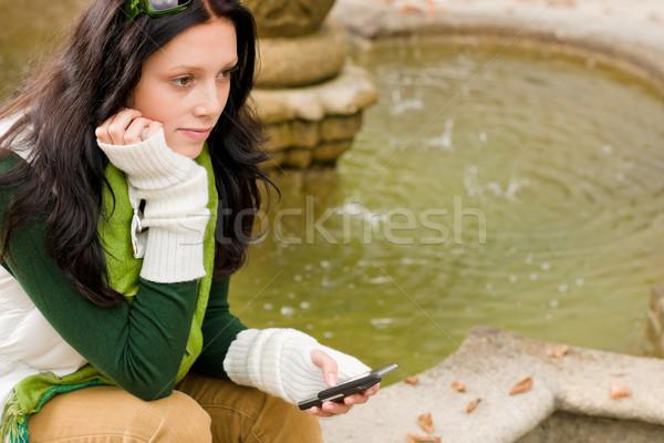 Stockfoto: Najaar · park · fontein · jonge · vrouw · houden · telefoon