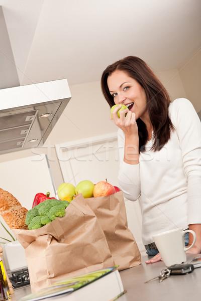 Genç gülümseyen kadın mutfak elma Stok fotoğraf © CandyboxPhoto