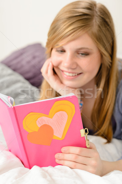 Jovem leitura jornal memórias amigável menina Foto stock © CandyboxPhoto