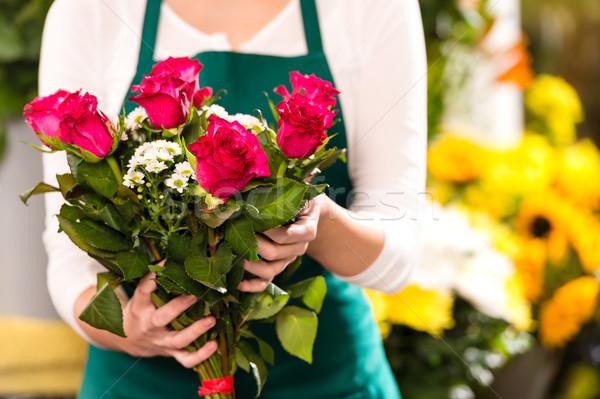Florista manos rosas rojas ramo flores Foto stock © CandyboxPhoto