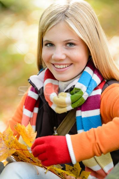 Uśmiechnięty młoda dziewczyna kolorowy szalik pozostawia Zdjęcia stock © CandyboxPhoto