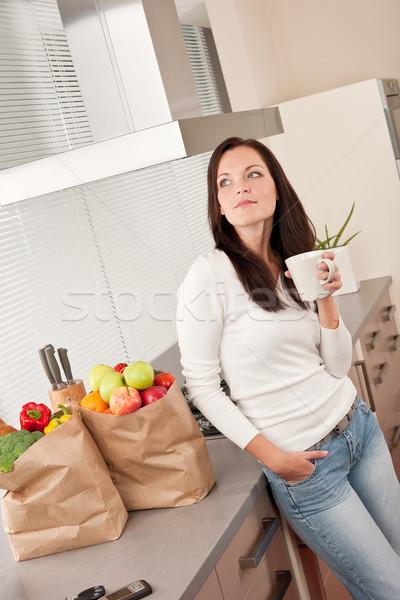 Foto stock: Jóvenes · mujer · sonriente · cocina · potable · taza