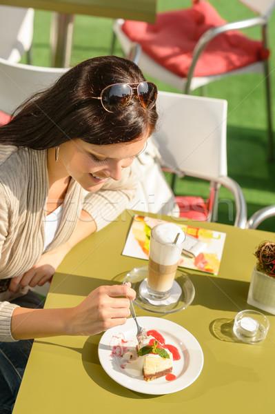 Kadın yeme cheesecake kafe bar mutlu Stok fotoğraf © CandyboxPhoto