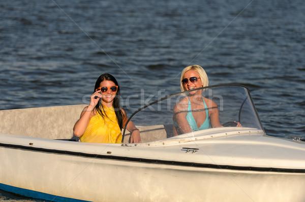 Mulheres jovens óculos de sol sessão lancha condução mulheres Foto stock © CandyboxPhoto
