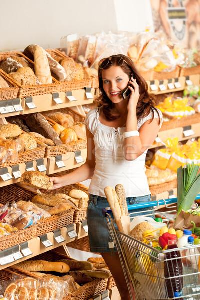 Stok fotoğraf: Bakkal · genç · kadın · cep · telefonu · alışveriş · sepeti · kadın · gıda