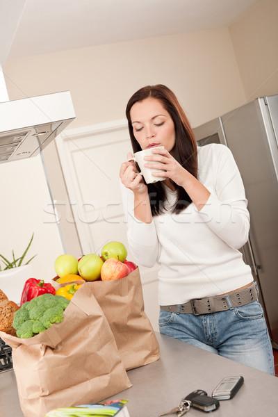 Stok fotoğraf: Genç · gülümseyen · kadın · mutfak · içme · fincan