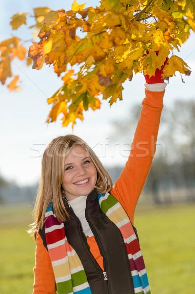 Zorgeloos tienermeisje bladeren vallen spelen Stockfoto © CandyboxPhoto