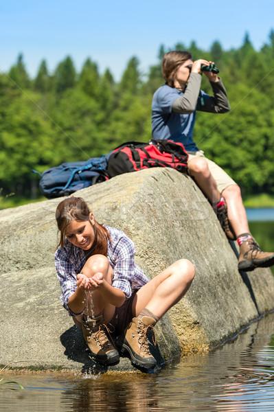 Adolescents observation des oiseaux lac jeunes randonneurs Photo stock © CandyboxPhoto