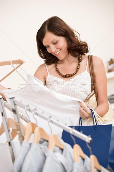 Zdjęcia stock: Moda · zakupy · szczęśliwy · młoda · kobieta · wybierać · ubrania