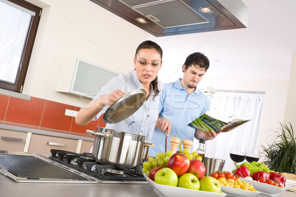 Jóvenes feliz Pareja cocinar cocina libro de cocina Foto stock © CandyboxPhoto