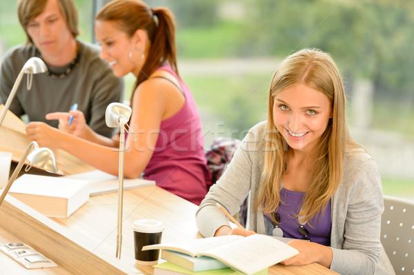 ストックフォト: 学生 · メモを取る · 研究 · ルーム · 笑みを浮かべて · 教育