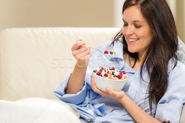 Giovani donna sorridente mangiare sano cereali ragazza divano Foto d'archivio © CandyboxPhoto