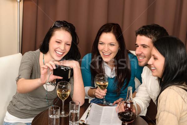 Stok fotoğraf: Mutlu · insanlar · içmek · restoran · gençler