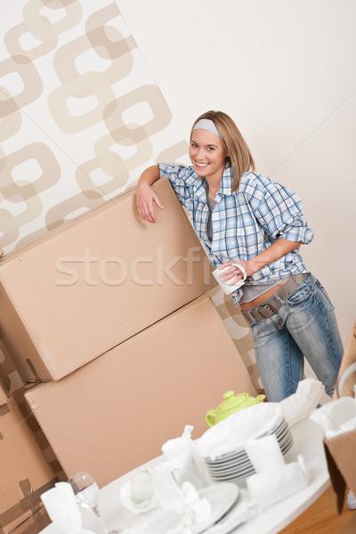 Költözés boldog nő doboz tart csésze Stock fotó © CandyboxPhoto