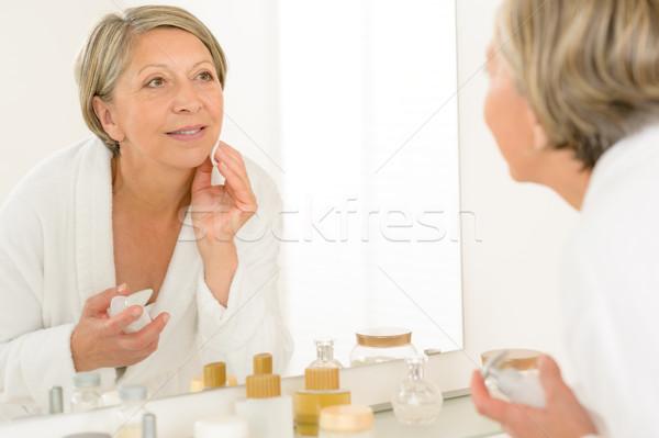Сток-фото: старший · женщину · посмотреть · ванную · зеркало · отражение