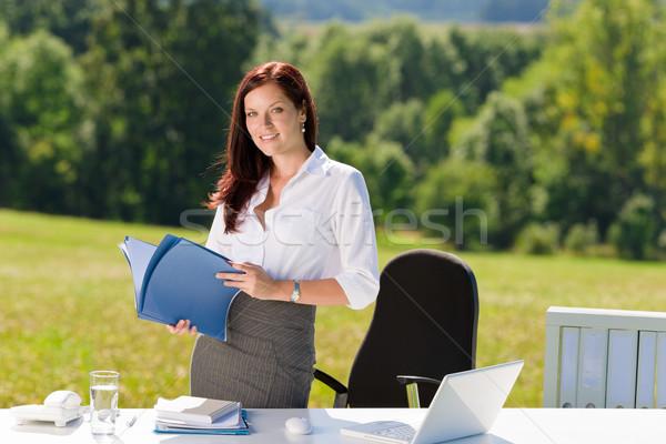 Stock fotó: üzletasszony · napos · természet · iroda · tart · mappák