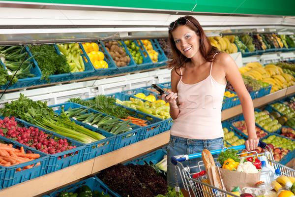 Stok fotoğraf: Bakkal · alışveriş · genç · kadın · cep · telefonu · süpermarket · gıda