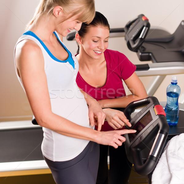 Fiatal női barátok beszélget fitnessz központ Stock fotó © CandyboxPhoto