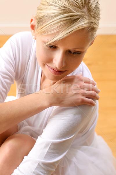 Сток-фото: красивой · балерины · сидят · студию · полу · женщину