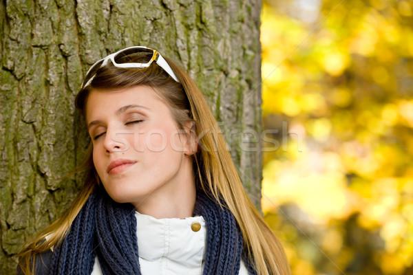Foto d'archivio: Autunno · parco · moda · donna · occhiali · da · sole