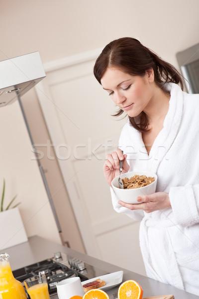 Stok fotoğraf: Mutlu · kadın · yeme · tahıl · kahvaltı · mutfak