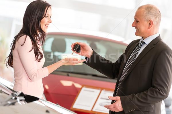Vendedor chaves do carro mulher sorrindo feliz retrato Foto stock © CandyboxPhoto