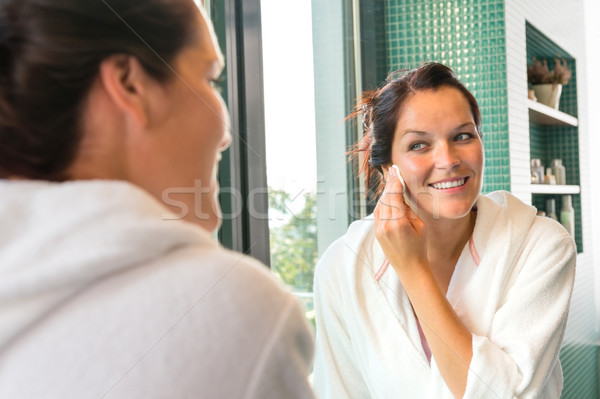 Feliz mujer maquillaje loción bano espejo Foto stock © CandyboxPhoto
