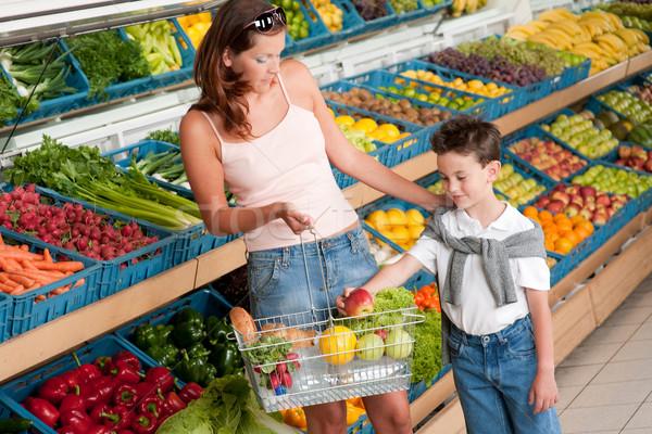 Lebensmittelgeschäft Warenkorb Mutter Kind kaufen Obst Stock foto © CandyboxPhoto