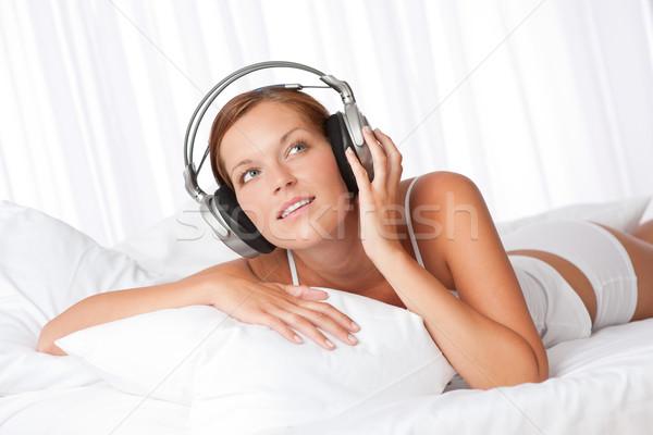Stockfoto: Jonge · vrouw · witte · hoofdtelefoon · luisteren · naar · muziek · slaapkamer · vrouw